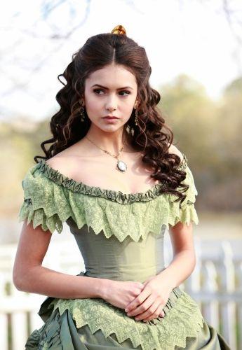 Nina Dobrev als Katherine Pierce. Höchst beneidenswert in diesem und anderen Kleidern.