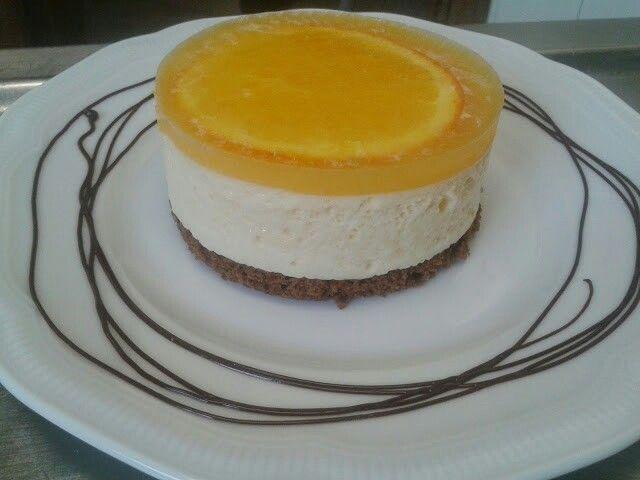 Bizcocho de chocolate, mousse de naranja, gelatina neutra con zumo y rodaja de naranja
