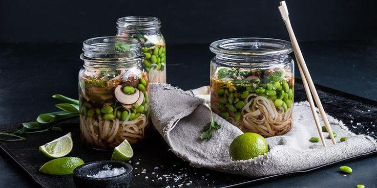 Hjemmelaget rett i koppen-nudelsupppe er enkel å lage og kjempedigg å ha med til lunsj. Oppskrift på hjemmelaget nudelsuppe med grønnsaker og kylling.