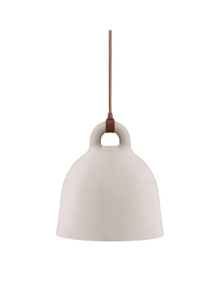De Bell hanglamp small van Normann Copenhagen is gemaakt van aluminium. De lamp heeft een diameter van 35 centimeter en een hoogte van 37 centimeter. Het snoer is 400 centimeter lang. De lamp is leverbaar in 2 kleuren, grijs en zand. Deze hanglamp geeft direct licht naar beneden en is daardoor goed geschikt als verlichting boven de eettafel. De benodigde lichtbron wordt niet meegeleverd.