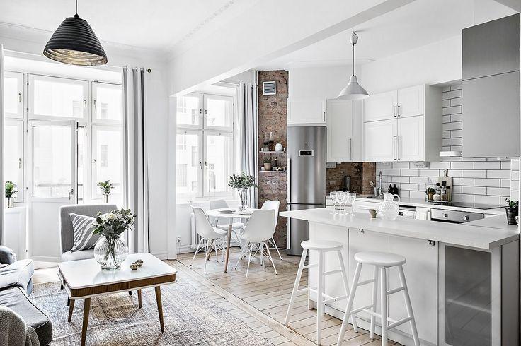 Las distribuciones diáfanas mejoran la iluminación de las viviendas más pequeñas, como la cocina abierta de este piso que le hace ganar en amplitud y claridad.