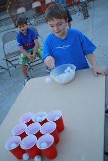 Style beer pong, mais pas besoin d'avoir rien dans les verres?! ou bien un peu d'eau pour pas que les verres chavirent?!