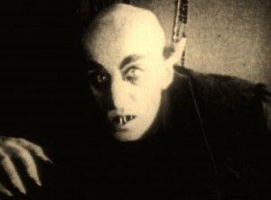 Il primo Dracula cinematografico del regista W. Murnau (Nosferatu, 1922) era davvero brutto. Saliva le scale verso la sua vittima esibendo un paio di dentoni orripilanti su una faccia slavata con pelata e occhiaie da fare invidia a quelle di Galliani.Nosferatu-horror-movies-16124764-1287-951  Partorito dalla penna di un maggiordomo, J. Polidori, il Conte ne ha fatta di strada, ma alla fine dove è arrivato? http://piergiuseppecavalli.com/buon-sangue-non-mente-2/