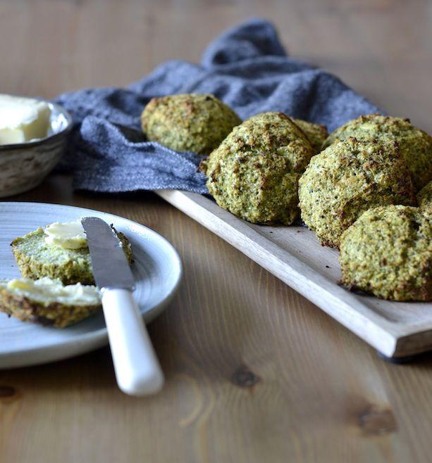 Grønkålsboller uden mel og sukker. Fyldt med vitaminer og fibre fra grønkål og blomkål!