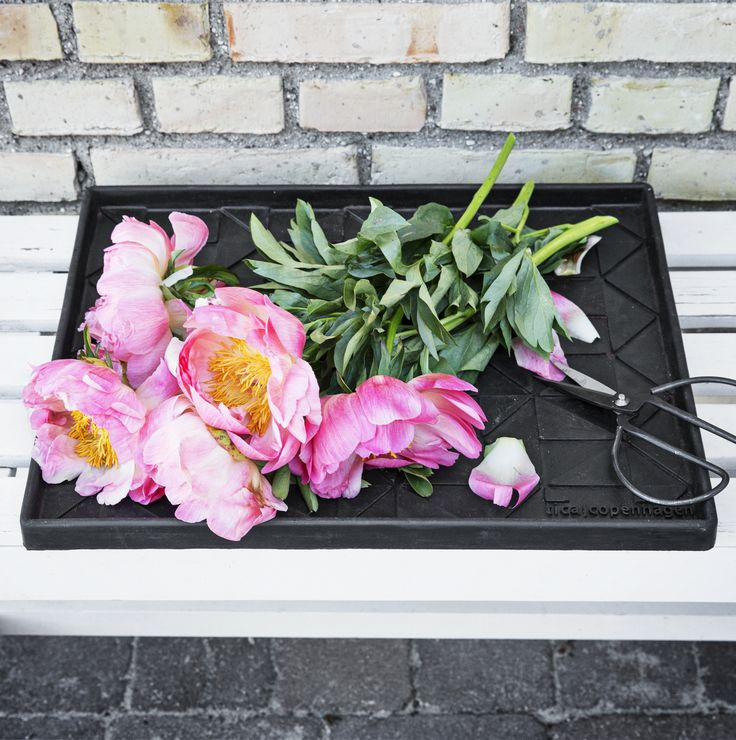 Boot tray Graphic Design 48 x 38 cm. Multi purpose boot trays. Perfect for repotting your plants. No more messy terraces.  Made from 60% recycled rubber. #recycle #green #black #eco #pottery #repotting #plants #living #ideas #boottray #shoetray #flovers #danishdesign