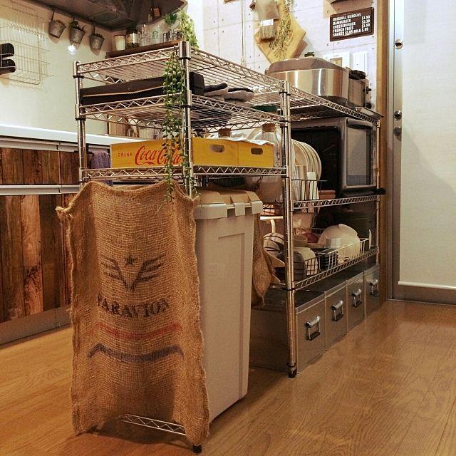男性で、のトタンボックス/キッチン/アクリル絵の具/水性ウレタンつや消し/塗装…などについてのインテリア実例を紹介。「ちょい男前風DIY キッチンカウンター編 うちのキッチンカウンターはメタルラックです♪( ´▽`) 天板にビニールシートを敷いて使っています♪(๑・̑◡・̑๑) ワイヤーバスケットに食器を入れて食器棚としても使っています♪(๑˃̵ᴗ˂̵) 普段は食器に布をかぶせています♪ メタルラックの組み合わせで、電子レンジ、オーブントースター、炊飯器、ゴミ箱、すべてまとめて置けます♪ シュッとしていい感じー♪(笑) (☝︎ ՞ਊ ՞)☝︎ 」(この写真は 2017-01-22 21:00:40 に共有されました)