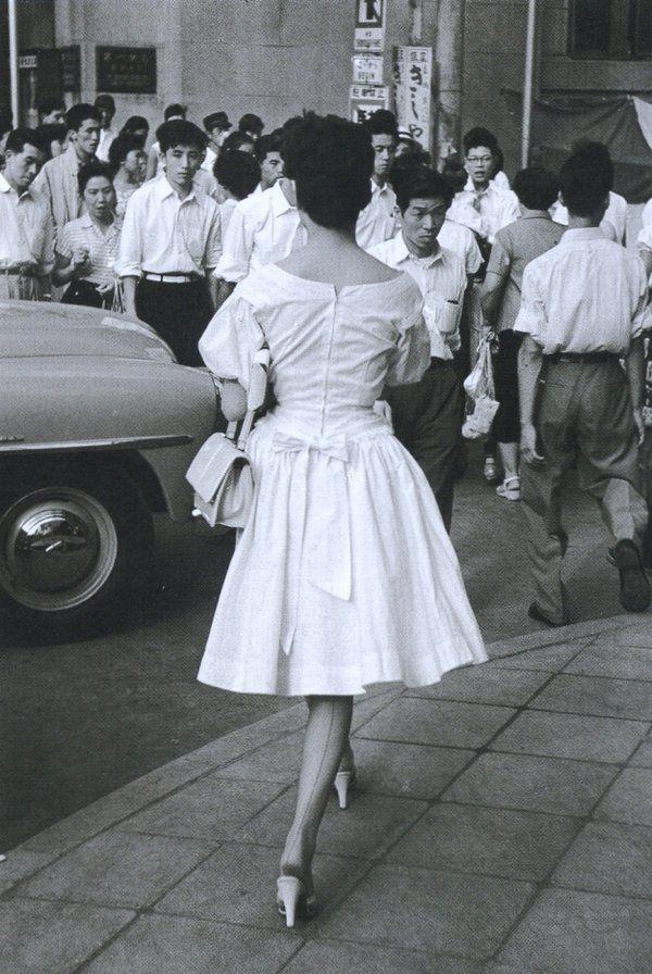 1955年(昭和30年)。東京。当時流行の落下傘スタイルのスカートです。 戦前~戦後のレトロ写真(@oldpicture1900)さん | Twitter
