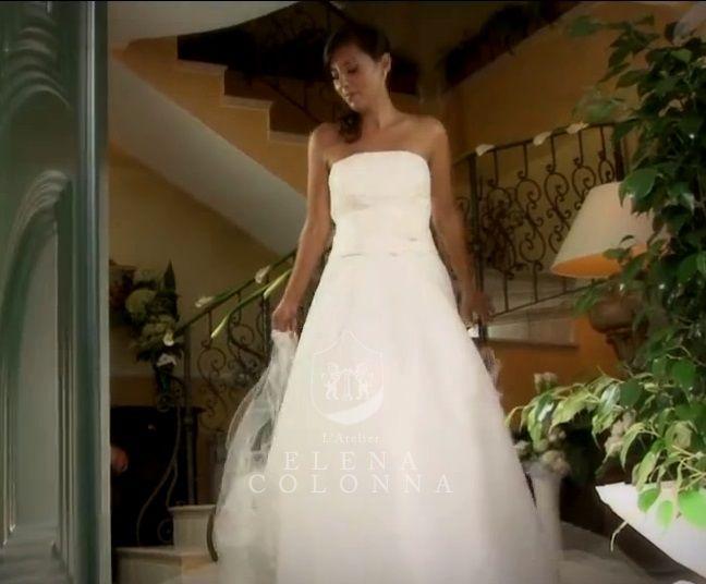 Linee moderne e tagli particolari per l'abito nuziale di Giusi, sposa romantica a Villa Guarracino.