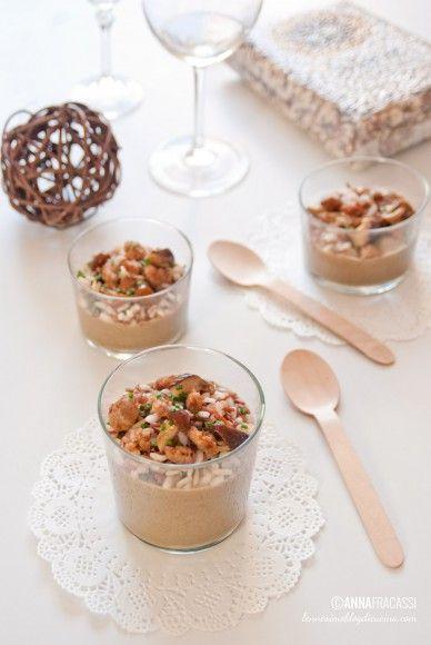 Vellutata di lenticchie e funghi con riso integrale e crumble di salsiccia. ©AnnaFracassi