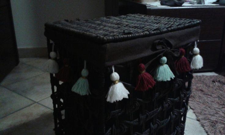 Rinnovato vecchio cesto in corda color vimini: ridipinto aggiunte nappe colorate: come nuovo a basso costo
