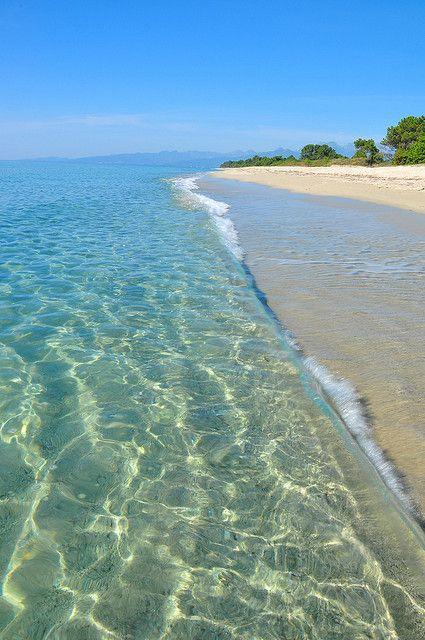 Les pieds dans l'eau sur la plage de Pinia.