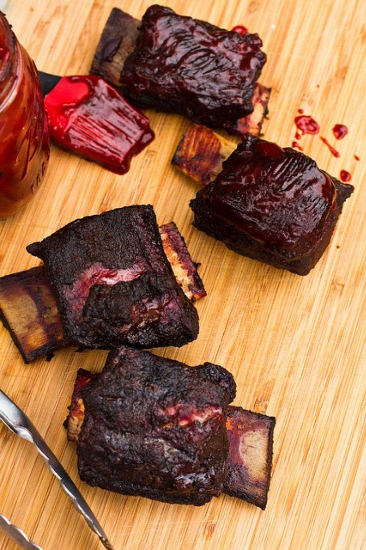 Costine di manzo affumicate con rub al berberè e salsa barbecue. Ricetta top.