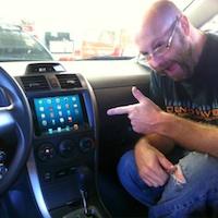 Un iPad Mini en guise de tableau de bord dans votre voiture - http://www.applophile.fr/un-ipad-mini-en-guise-de-tableau-de-bord-dans-votre-voiture/