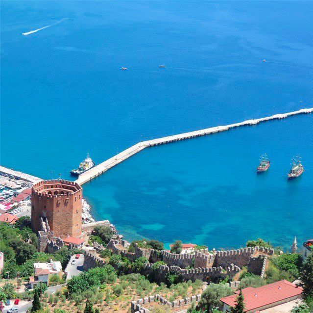 What an amazing photo of Alanya in Antalya, inviting us to get there before summer gets in full swing with all of its incredible natural beauty!