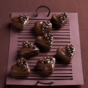čokoládová srdíčka mouka pšeničná hladká 140 gramů cukr 100 gramů čokoláda hořká 70 gramů máslo 70 gramů vejce 1 kus (malé) káva 1 lžička (instantní) mouka pšeničná hladká (na vál) čokoládová poleva tmavá 120 gramů (na ozdobení) čokoládové zdobení (kuličky) Na náplň: čokoláda hořká 70 gramů smetana na šlehání 0,2 decilitru likér kávový 0,2 decilitru cukr 1 lžíce