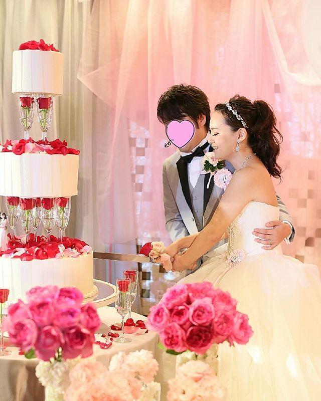 #weddingtbt . . ウェディングケーキ♡ . ハワイでは一段の生ケーキだったので イミテーションにして高さを出してもらいました♡ . . ケーキを支えてるシャンパングラスは持ち込みだったので (レストランのシャンパングラスは高級なやつだからガラスが薄くてケーキの重さに耐えられるか分からないと言われた) 今家にシャンパングラス大量にあります♡笑 . . . . . . #ウェディングケーキ#ケーキ #イミテーション#イミテーションケーキ#シャンパングラス #結婚式#披露宴#ケーキ入刀 #トリートドレッシング#Verawang#liesel #ヴェラウォン#リーゼル#リーゼル花嫁 #北野クラブ#KITANOclub#神戸#kobe #卒花#卒花嫁