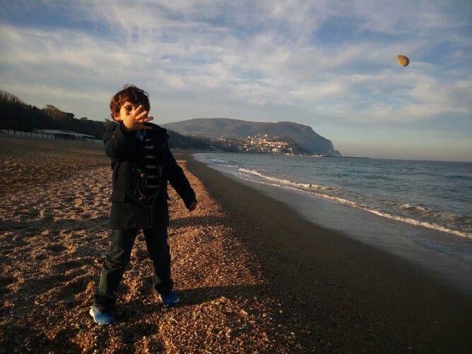 Puoi girare il mondo ma niente è come l'Italia, casa tua. Grazie Flavia per aver fotografato la spiaggia di Numana e il tuo bellissimo bambino.  Potete mandare tutte le foto scattate con #StonexOne a foto@stonexone.com e vederle poi su www.stonexone.com #bystonexone :-)