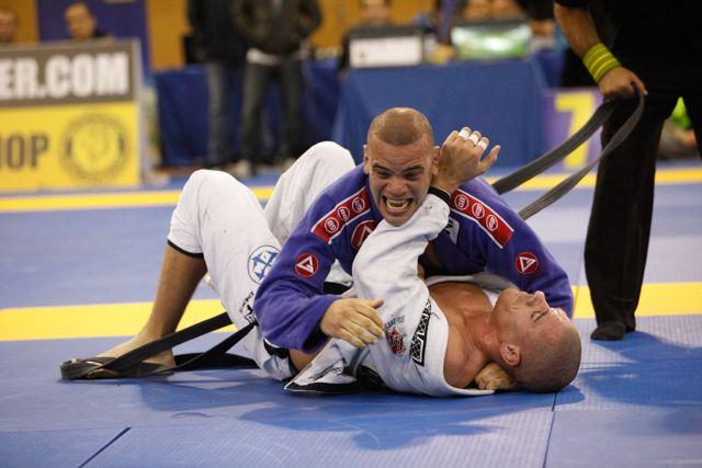 Fera no Jiu-Jitsu, Rafael Dos Anjos encara Tarec Saffiedine no UFC Singapura http://www.graciemag.com/2017/04/04/fera-no-jiu-jitsu-rafael-dos-anjos-encara-tarec-saffiedine-no-ufc-singapura/