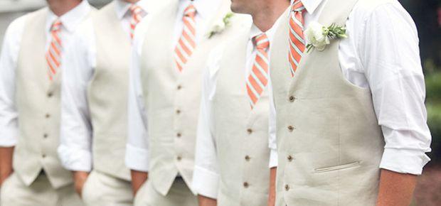 Resultado de imagem para casamento noturno padrinhos terno chumbo gravata bordô