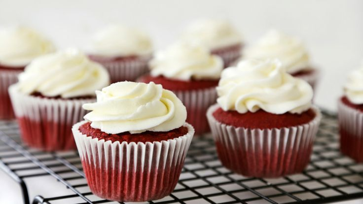 Malzemeler:  2 ½ bardak kek unu (elenmiş) 2 yemek kaşığı tatlandırılmamış kakao 1 çay kaşığı tuz 1 ½ bardak şeker 1 ½ bardak bitkisel yağ 2 adet büyük boy yumurta (oda sıcaklığında) ½ çay kaşığı kırmızı, macun veya toz kıvamlı gıda boyası 1 çay kaşığı saf vanilya aroması 1 bardak ayran 1 ½ çay kaşığı kabartma tozu 2 çay kaşığı beyaz sirke Üstünü kaplamak için labne peyniri veya krema  Not: Eğer macun veya toz kıvamlı gıda boyasını bulamıyorsanız, süpermarketlerde satılan sıvı gıda boyalarını…