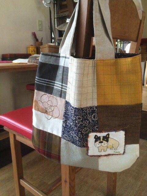 色々な布をミシンで繋げて作った手提げ袋です。内袋も付いてます。持ち手はリネンを使ってます。アクセントにニードル刺繍してフレンチブルドックをつけました。お散歩袋...|ハンドメイド、手作り、手仕事品の通販・販売・購入ならCreema。