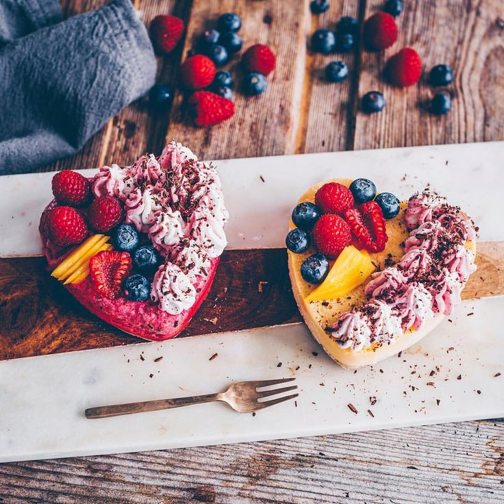"475 gilla-markeringar, 30 kommentarer - Verena | freistyle | Zurich (@frei_style) på Instagram: ""Good Morning Lovelies, Aquafaba Mousse Mango and Raspberry Hearts (no-bake cakes) for the two big…"""