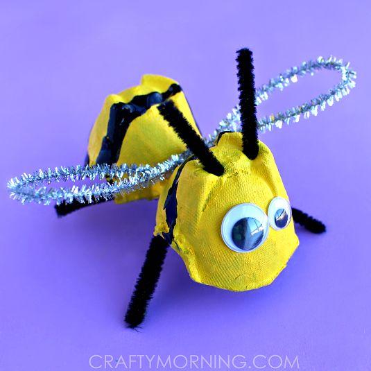 Bricolage abeille avec une boîte d'œufs