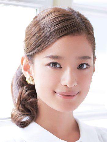 前髪をタイトに流して出来る女風♪ オフィスのヘアスタイルルックのまとめ 髪型・アレンジ・カットの参考に。