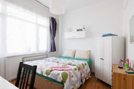 Airbnb'deki bu harika kayda göz atın: Designer's Double Room w Balcony! - Beyoğlu şehrinde Kiralık Apartman daireleri