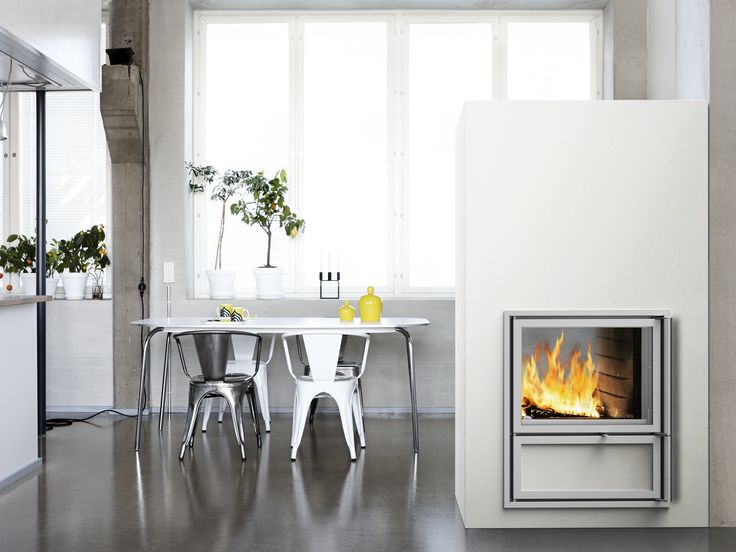 Kalla heat-retaining fireplace with a wide fireplace door, which can be placed on both sides of the fireplace. The full-sized and full-bodied tiles are of high-quality. Read more at www.tulikivi.fi