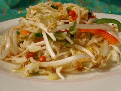 Een maaltijdsalde gemaakt van deze crunchy Thai salad van Jamie Oliver met gemarineerde zalm  van een recept van restaurant Tveir Fiskar...