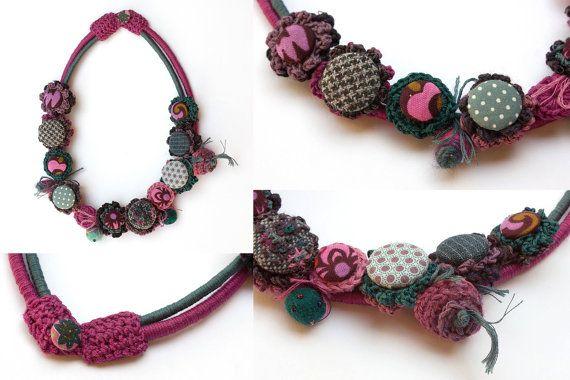 Collana di fibra colorata crochet con bottoni in di rRradionica
