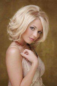 Тонкие волосы отлично выглядят на стрижке каре с боковым пробором, удлиненной челкой, уложенной в воздушные локоны, которая станет отличным вариантом для блондинок с серо-зелеными глазами, выделенными серыми тенями