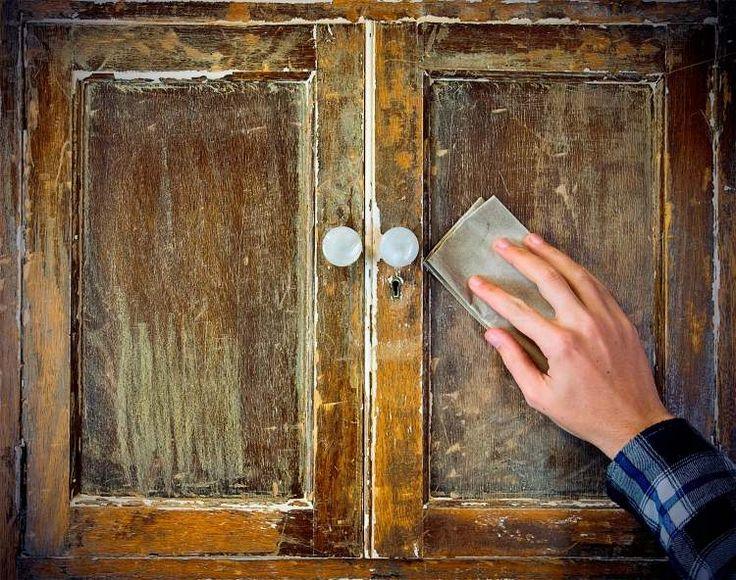 un look usé en utilisant du papier de verre. technique rapide, facile et peu coûteuse. Poncer les bords du mobilier en bois déjà peint avec du papier de verre, ainsi que quelques autres zones de la surface de votre choix. Couvrez de vernis pour préserver l'effet obtenu.