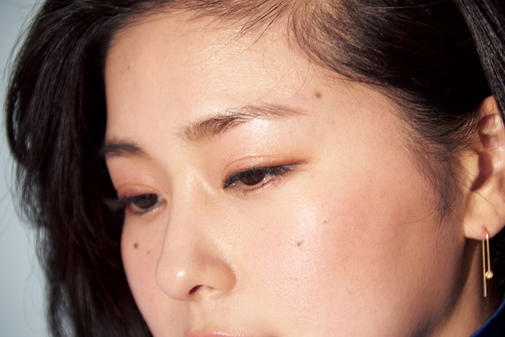 来の肌の赤みではなく、ムラに見える部分をコンシーラーでカバー。質感を整えるために、ノーカラーのフェイスパウダーを全体にはたく。チーク(4)は、淡いトーンを選び、スタンダードな頬中央ではなく頬骨を包むように横長に入れる。眉は元の形通りにパウダーで描く。アイメイクは、上下瞼のアイホールにピンク(3)、上瞼の際にブラウン(3)を入れ、目尻寄り1/2にリキッドアイラインを。仕上げに、練りタイプのシャンパンゴールド(1)を、上瞼中央に足す。リップメイクは、明るいピンク(2)。形通りにリップブラシで塗る。