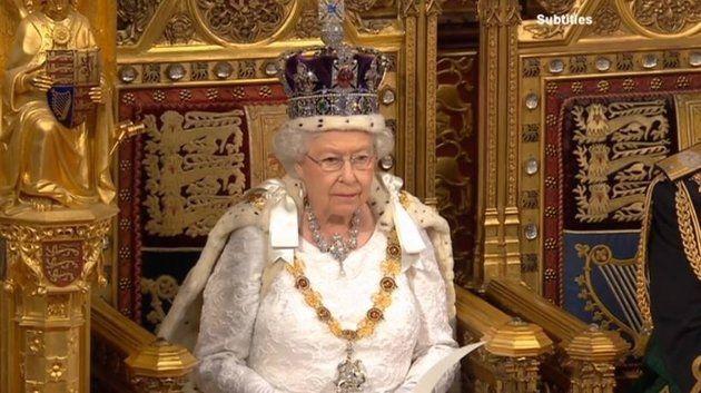 """Sentada em trono de ouro, Isabel II pede ao povo britânico para """"viver dentro das possibilidades"""""""