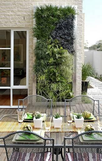 Man kan vælge blot at dekorere et enkelt felt på muren med en plantekasse, som der er gjort på denne terrasse. Foto udlånt af: GrowTek.