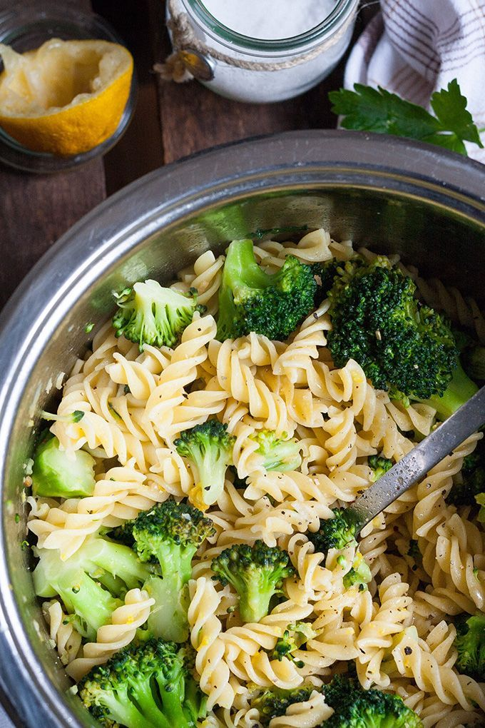 Brokkoli-Pasta mit Zitrone und Knoblauch. Für dieses schnelle Rezept braucht ihr nur 7 Zutaten und 20 Minuten Zeit. Vegan und köstlich - kochkarussell.com