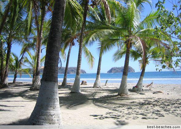 Es la playa Samara. Esta en Samara, Costa Rica. Se puede oleaje por la olas. También se puede bucear.