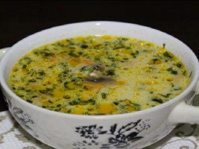 Ľahká a svieža polievka s hubami nebude nikdy omylom na vašom stole. Či už budú huby čerstvé alebo sušené, krémová bodka na konci im dodá tú správnu chuť! Budete potrebovať 20% smotanu a smotanový alebo tavený syr. Takto bude polievka sýta a výživná. Ingrediencie: 200 g šampiňónov 2 zemiaky Polovica mrkvy 1 cibuľa 2 litre vody 100 ml smotany 1