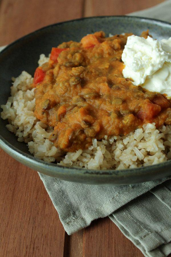 Receita de curry de lentilha com abóbora, acompanhado de arroz integral e iogurte grego. Fica melhor se for acompanhado da família e alguns amigos!