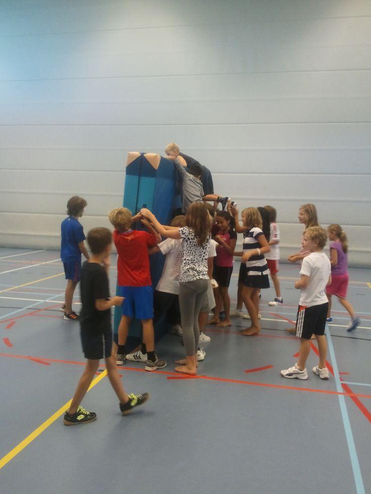 Tijdens de gymles een mooi samenwerkings activiteit: vertrouwen, durf en samenwerking zijn hier het belangrijkste. De kinderen moeten allemaal van de ene kant van de mat, naar de andere kant en dat kan maar op één manier: eroverheen!