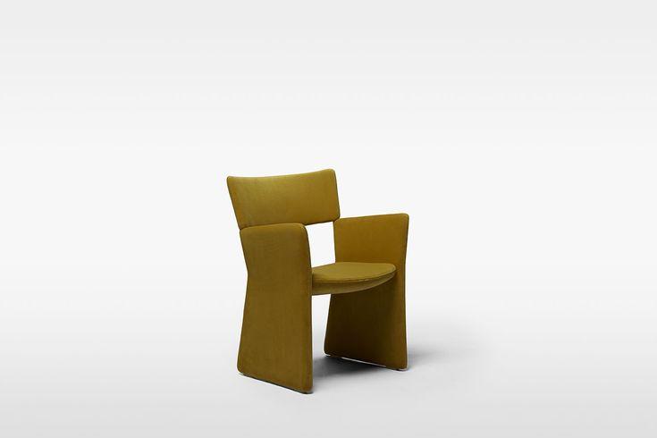 Kollektionen Crown från svenska Massproductions består av en stol och en fåtölj. Dessa stycken är konstruerade, med ett lekfullt element för dem. Ryggstöd ser