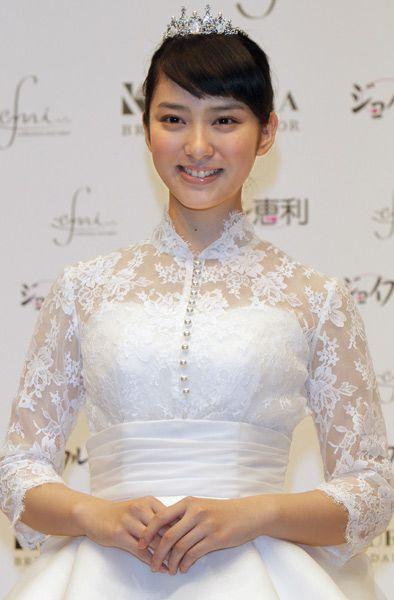 衣装レンタルのジョイフル恵利が武井咲さんプロデュースのウエディングドレスを発表。自身がデザインした純白のドレスで登場し…