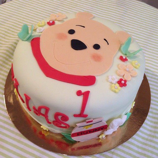 Nalle Puh ❤️ #redvelvet #cake #tårta #kaka #nallepuh #winniethepooh #birthday #fest #kalas #födelsedag #ettårskalas #barn #kids #sockerpasta #homemade #hembakat #handmade #order #beställning #delivery #göteborg #linné #gbgftw #cute #söt