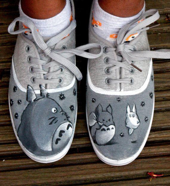 Pour les fanatiques de Sudio Ghibli, ces Totoro inspiré chaussures sera adorables sur vos pieds.  Mettant en vedette trois Totoros et mignon petit soot sprites peint à la main sur les côtés.  Peint à la peinture acrylique de l'artiste de haute qualité et scellé avec un spray imperméable à l'eau.  Comme ces chaussures sont fabriqués sur mesure, faites le moi savoir si vous souhaitez que toutes les variations dans la conception, de couleur ou de caractères. Je peux aussi peindre votre nom sur…