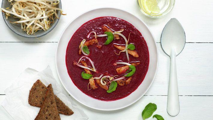 Rødbetsuppe har fantastisk farge og smak. Topp suppen med stekte strimler av norsk svinekjøtt, sprø bønnespirer og frisk basilikum, og du har et deilig, varmende vintermåltid.