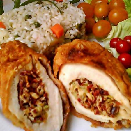 Egy finom Kolbászos-sajtos töltött csirkemell ebédre vagy vacsorára? Kolbászos-sajtos töltött csirkemell Receptek a Mindmegette.hu Recept gyűjteményében!