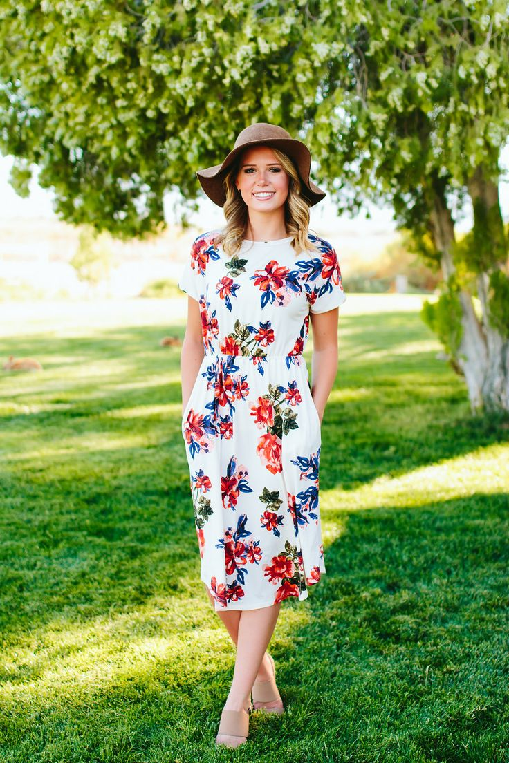 """This floral print midi dress is the perfect length and so comfy! It also has pockets! Runs true to size. Model is 5'8"""" wearing size small. Small (0-4), Medium (4-8), Large (8-12) 95% Rayon 5% Spandex"""