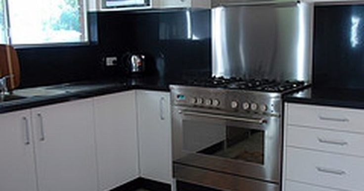 Cómo instalar un protector contra salpicaduras de acero inoxidable. Actualizar una cocina vieja de acuerdo a las tendencias de hoy en día requiere electrodomésticos de acero inoxidable. Ellos lucen elegantes, limpios y modernos. Para complementarlos, es fácil y económico instalar un protector contra salpicaduras de acero inoxidable. Dado que es fácil de limpiarlo, incluso puedes añadirlo detrás de la estufa. Sigue ...